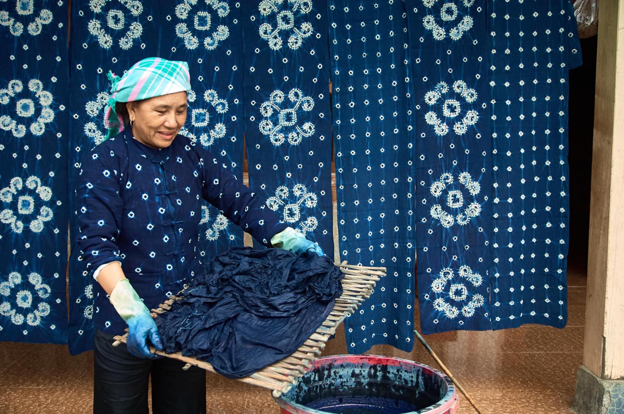 Cách nhuộm chàm cho thấy sự sáng tạo của người Mông