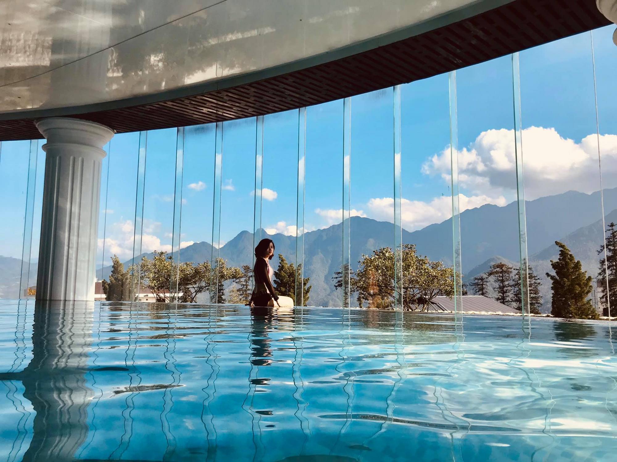 Bể bơi trong nhà nhưng có view tuyệt đẹp