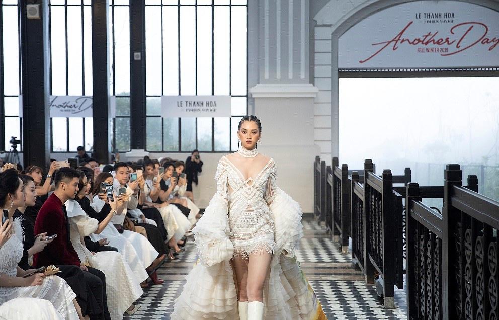 Hoa hậu Tiểu Vy catwalk tại Hotel de la coupole trong show thời trang Another day của NTK Lê Thanh Hòa
