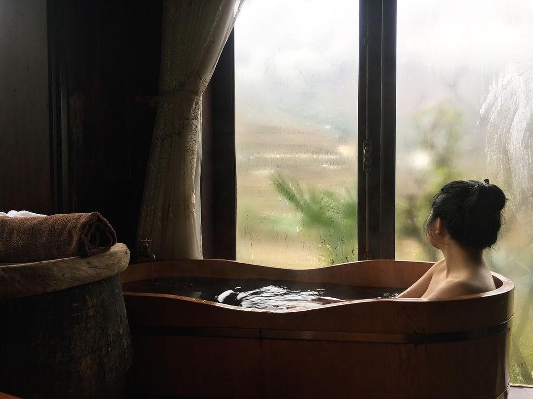 Tắm lá truyền thống của người Dao Đỏ giúp thư giãn xua tan mỏi mệt